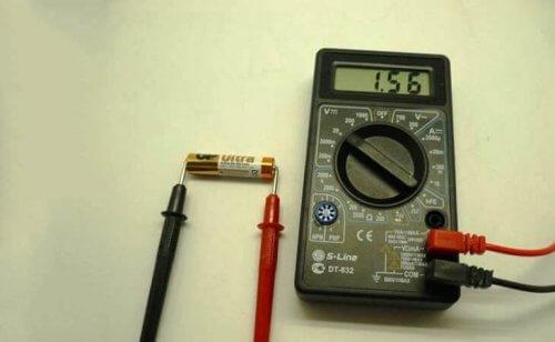 Измерение напряжения на батарейке