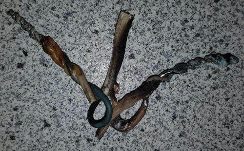 Обугленные обгоревшие скрутки алюминия с медью