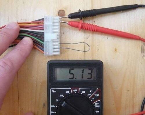 Измерение напряжения 5-вольтовой шины — красный и черный провод