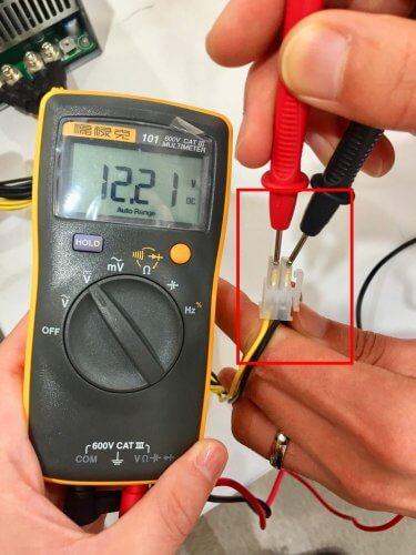 Измерение напряжения на 12 вольтовой шине (желтый и черный провод), на примере питания процессора 4 pin