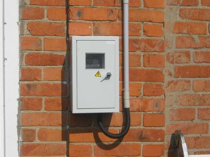 Электросчетчик на фасаде