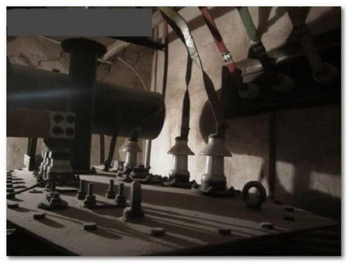 Болтовые крепления корпуса и изоляторы для подключения линии высокого напряжения