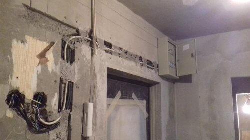 Не устанавливайте электрощит выше чем 1.8 метра над уровнем пола.