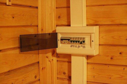 Электрощит в бытовом помещении без электросчетчика
